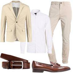 Giacca beige in puro cotone come la camicia bianca. I pantaloni sempre beige sono leggermente elasticizzati per una vestibilità confortevole. Le scarpe sono in pelle, questo modello si può indossare senza calze. La cintura color cognac è l'accessorio giusto.