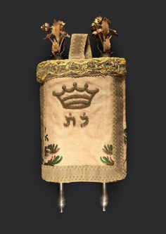 ROLL OF TORAH SEFER 1900 Crowned flower OR 14 cté set with diamonds and emeralds. Original embroidered coat. Handles money. A Torah scroll, circa 1900 Decorated with golden (14cts) flowers ornated with diamonds and emeralds. Original embroidered coat. Silver handles. H_28,5 L_12 cm cm (111/5 x 43/4 in.)