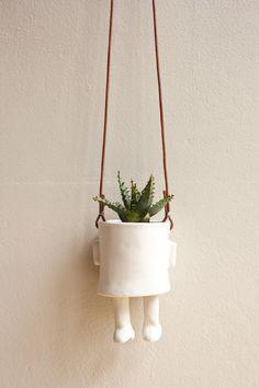 Ceramic pot-hanging, Wacamole Ceramic I wish to know who create this piece. Ceramic Pottery, Ceramic Art, Flower Vases, Flower Pots, Flowers, Ceramic Planters, Planter Pots, Cerámica Ideas, Pot Plante