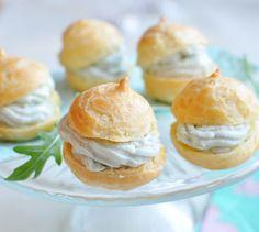 Chouquettes à la crème de Roquefort - Envie de bien manger. Plus de recettes ici : www.enviedebienmanger.fr
