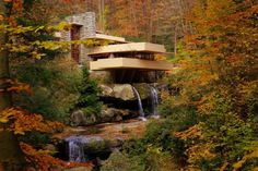 The Fallingwater figures between my favorite buildings of all time. Designed by Architect Frank Lloyd Wright is an extraordinary example of his admiration for Japanese architecture in which buildings create a perfect harmony between man and nature. Frank Lloyd Wright, Casa Kaufmann, Falling Water House, Falling Waters, Purple Mountain Majesty, Indoor Waterfall, Famous Architects, Modern Buildings, Inspired Homes