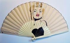 Merilyn Monroe, pinatado a mano en abanico de tela color marfil por Gigi Abanicos