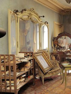 Time Capsule Apartment in Paris Abandoned 70 Years Ago Old Buildings, Abandoned Buildings, Abandoned Places, Decoracion Vintage Chic, French Apartment, Vintage Apartment, Apartment Kitchen, Apartment Living, Living Room