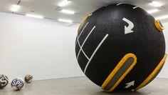 Ларс Фиск Mr. Softee .  Фиск сворачивает в большие и маленькие шары уличный асфальт с дорожной разметкой, припаркованные на нем автомобили, станции метро. Как будто делает из реальности бильярдные шары — а потом начинает ими играть