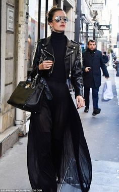 Ambrosio looks effortlessly stylish as shops in Paris What's her secret? Alessandra Ambrosio, took a break from the Victoria's Secret fashio. Alessandra Ambrosio, took a break from the Victoria's Secret fashio. Fashion Mode, Look Fashion, Skirt Fashion, Winter Fashion, Fashion Outfits, Fashion Tips, Fashion Trends, Fashion Ideas, Fashion Story