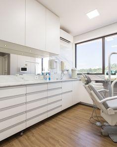 Tarkett - Líder mundial em pisos vinílicos Dental Office Decor, Medical Office Design, Clinic Interior Design, Clinic Design, Dental Cabinet, Esthetics Room, Dentist Clinic, Office Waiting Rooms, Dental Design