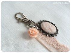 Bijou de sac Shabby romantique avec son camée et sa dentelle rose poudrée : Autres bijoux par de-fil-en-lin