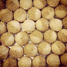 thecakeballers Sparkles and lines, swirls and shine! We love a cake ball for any kind of time. www.thecakeballers.com #cakeballers #thecakeballers #cakeballs #gold #sparkles #edibleart #boiseballers #weballcake #gotballs #eatmorecakeballs #boiseidaho #cake #foodoffunproportions