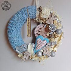 """""""Olvadó jégtáblák"""" ajtódísz - megvásárolható a webshopban Burlap Wreath, Hanukkah, Wreaths, Home Decor, Decoration Home, Door Wreaths, Room Decor, Burlap Garland, Deco Mesh Wreaths"""