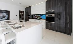 White high gloss cabinets in a contemporary kitchen - modern, clean lines with slab doors and digital backsplash Dream Kitchens, Luxury Kitchens, Beautiful Kitchens, Contemporary Kitchen Design, Kitchen Modern, Slab Doors, Custom Cabinets, Clean Lines, High Gloss