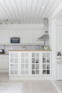 Keittiö saareke Garden Ideas, Kitchen Cabinets, Cottage, Rustic, Future, Decoration, Summer, Home Decor, Kitchens