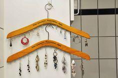 Pegar cabides e encher e ganchos é uma ótima pedida para pendurar as bijus.