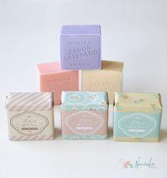 Jabón Artesano con aroma a rosas, jamín y lavanda. Con banda personalizable con el nombre de los novios y la fecha del enlace.