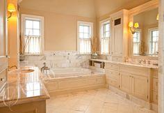 Łazienka wykończona jasnym marmurem