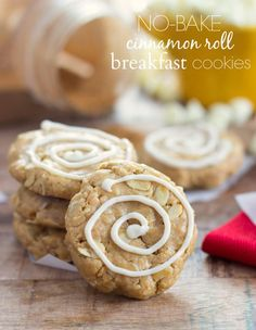 (No-bake) Cinnamon Roll Breakfast Cookies - No-bake cookies packed with good-for-you ingredients and packed with protein powder. The perfect breakfast, snack, or pre-work-out treat that tastes just like a decadent cinnamon roll! Breakfast Cookie Recipe, Cookie Recipes, Dessert Recipes, Protein Breakfast, Breakfast Recipes, Breakfast Ideas, Breakfast Bars, Entree Recipes, Brunch Recipes