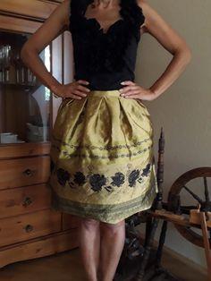 Trachtenrock Gold mit Rosen von ETIdesign auf Etsy Summer Dresses, Gold, Etsy, Fashion, Black Roses, Prom, Oktoberfest, Nice Asses, Moda