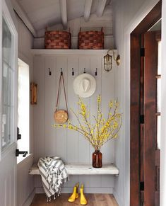 Hi there🙌 Just loved this sweet entry space or the mudroom as called by its creator Perfect👌 Happy Thursday everybody, have a… Ideas Cabaña, I Spy Diy, Cozy House, Mudroom, My Dream Home, Interior Inspiration, Living Spaces, Home Improvement, Sweet Home