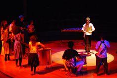"""O Gestos Sonoros se apresenta desta vez em um formato balada, tocando música improvisada para dançar. Composto por oito integrantes, sendo instrumentistas de corda, sopro e percussão, o grupo tem a intenção de explorar as diversas possibilidades e formações instrumentais. Durante a apresentação, Bruno se utiliza da linguagem gestual para conduzir o grupo, e interage...<br /><a class=""""more-link"""" href=""""https://catracalivre.com.br/geral/agenda/barato/gestos-sonoros-no-bargaca/"""">Continue lendo…"""