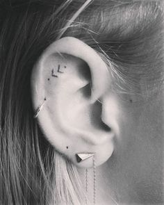 Idée tatouage lobe oreille signification tattoo fleur lignes signes