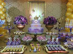 Uma das novas paixões entre as meninas sem dúvidas é a princesinha Sofia e é exatamente ela que encantou a festa desta #SegundaTemFesta no Dicas Miúdas!!!!  Venham se encantar com todo o galmour e charme desta linda festa!   A entrada já trás as cores da princesinha com o dourado da nobreza. Este... Princess Sofia Birthday, Princess Sophia, Princess Party, Rapunzel, Sofia Party, Sofia The First, Birthday Decorations, Maid Of Honor, Holidays And Events