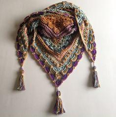 """Äntligen dags att släppa mönstret till sjalen """"Lost in Time"""". Namnet kom sig av att jag tyckte sjalen hade en vintagekänsla och att tiden gick så fort när jag arbetade på den. Mönstret …"""