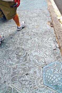 Spazieren über Kunst. Auf den Bürgersteigen in #Barcelona kann man auf Steinplatten wandeln, die vom Stadtarchitekten Antoni #Gaudi entworfen wurden.