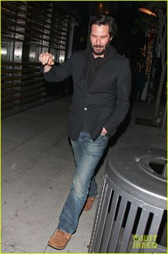 Keanu Reeves flashes a peace sign while leaving Spago restaurant following dinner with friends on Sunday (December 30) in Beverly Hills, Calif.    The 48-year-old…