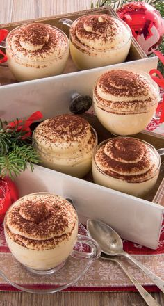 Piccole, per chi dopo le cene delle feste ha poco appetito, ma sfiziose e cremosissime, per piacere a tutti: ecco le tazzine di tiramisù Diet Desserts, Dessert Recipes, Tiramisu, Cooking Time, Cooking Recipes, Coconut Flour Bread, Pastry Cake, Chocolate Recipes, Food Inspiration