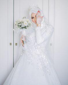 Cakk 😂 Mekap cantik by kakak cantik , gambar cantik by the amazing , henna cantik by si manis… Muslim Wedding Gown, Muslimah Wedding Dress, Muslim Wedding Dresses, Hijab Bride, Muslim Brides, Wedding Bride, Bridal Dresses, Wedding Gowns, Bridesmaid Dresses