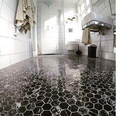 Så här snyggt är det med hexagoner i marmor Nero Marquina som ett badrumsgolv…