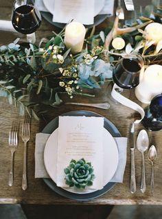 Que graça com umas velas em formato de suculentas no meio dos arranjos da mesa.
