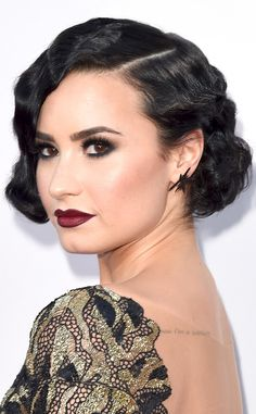 Vintage Hairstyles For Prom Demi Lovato's Old Hollywood Makeup Is the Perfect Glamorous Look For Your Next Holiday Party Demi Lovato - This modern actress gives us old school vibes with this red carpet makeup Short Hair Waves, Short Wavy Hair, 1920s Hair Short, Haircuts For Fine Hair, Best Short Haircuts, Ombré Hair, Prom Hair, Girl Hair, Vintage Hairstyles