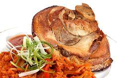 Marinovaná kolena uvařená v pikantním nálevu, grilovaná, servírovaná s čerstvým chlebem, křenem, hořčicí a pivem. Recept podle šéfkuchaře pana Jiřího Krále. Barbecue, Turkey, Food, Crickets, Peru, Barbacoa, Meal, Barrel Smoker, Bbq Grill