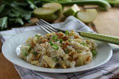 Il risotto alle mele, sedano e noci è un primo piatto dai sapori insoliti, che uniti insieme risultano molto piacevoli. Riso integrale, sedano e noci
