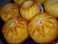 Ingrediente (pentru 10 muffins): 3 oua 150 g zahar 250 g faina de cocos g cocos + 25 g faina) 250 ml frisca lichida ml frisca + 50 ml lapte) un pliculet zahar vanilat 12 g praf de copt Mod de preparare: Mixam intai bine. How To Make Cake, Food To Make, Cookie Recipes, Dessert Recipes, Romanian Food, No Cook Desserts, Dessert Drinks, Keto Meal Plan, Appetizers For Party