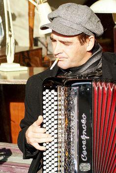 Street musician at Place de Vosges, Paris Monaco, Street Musician, Romantic Paris, Ville France, I Love Paris, Music Images, Paris Ville, Kinds Of Music, Paris Travel