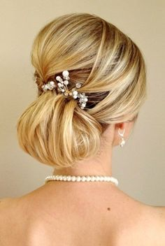 Very feminine French chignon with pearls...so elegant.  ᘡηᘠ