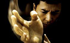 Avant de pouvoir découvrir une première bande annonce du film, Pegasus Motion Pictures vient de mettre en ligne un teaser trailer d'Ip Man 3. Toujours réalisé par le réalisateur chinois Wilson Yip et avec Donnie Yen dans le rôle principal, ce troisième et dernier opus sera l'occasion d'enfin voir Bruce Lee dans la saga mais celui-ci sera en 3D puisqu'apparemment ils n'ont pas trouvé l'acteur qu'il fallait.