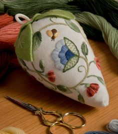 Strawberry pincushion with crewel embroidery. by Anna Karutz - embroidery Bordado Jacobean, Crewel Embroidery Kits, Embroidery Needles, Ribbon Embroidery, Machine Embroidery, Embroidery Books, Embroidery Alphabet, Embroidery Supplies, Hand Embroidery Patterns Free
