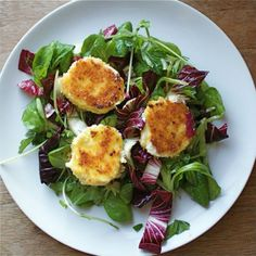 Bistro Salad With Warm Goat Cheese Croutes - Goat Cheese Salad Is A Classic French Bistro Dish That Is Easy To Make At Home The Salad Combines Fresh Tender Lettuce With Warmed Goat Cheese Rounds The Cheese Is Rolled In Panko Or Breadcrumbs Warm Goat Cheese Salad, Fried Goat Cheese, Bistro Salad, Bistro Food, Pub Food, French Salad Recipes, Goat Cheese Recipes, Spring Salad, Spring Food