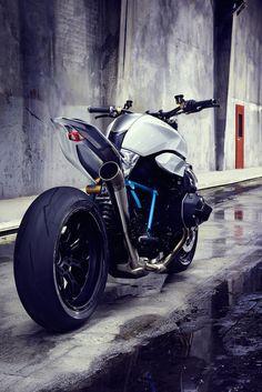 #Bmw #roadster  BMW Motorrad a choisi le Concours d'Elégance Villa d'Este 2014 pour révéler sa nouvelle moto BMW Motorrad Concept Roadster. Avec son design technologique et futuriste, cette moto au moteur très puissant comporte des lumières LED pour ses feux. A découvrir en images