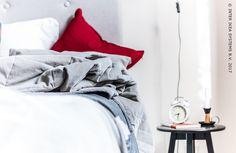 De laagjestrend? Die vind je ook in de slaapkamer! Creëer een gezellig en uitnodigend gevoel door verschillende kussens, plaids en vloerkleden op elkaar te stapelen en geef je favoriete kamer in huis een nieuwe serene uitstraling. #IKEAxCoffeeklatch #IKEAidee  The coolest way to layer up this year? In your bedroom! Create a cosy and welcoming ambience by piling up several cushions, plaids and rugs and give your favorite room in the house a serene appearance. #IKEAxCoffeeklatch #IKEAidea
