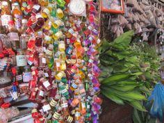 Extratos terapêuticos, retirados de ervas amazônicas. À venda na Feira do Ver-o-Peso, em Belém/Pará.