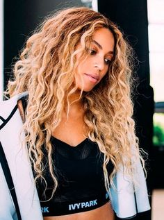 Beyonce is boss all hail to the queen Estilo Beyonce, Beyonce Style, Portrait Photos, Curly Hair Styles, Natural Hair Styles, Corte Y Color, Big Sean, Beyonce Knowles, Queen B
