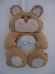 Urso para decoração de porta-maternidade ou mesmo para decorar a porta do quarto do seu bebê. <br>Pode ser usado também como pingente para decoração do berço. <br>Medida aproximada 25 cm. <br>Tenho também outros bichinhos como: <br>Joaninha, passarinho, cavalinho, corujinha, ursa rosa , bonequinha, bonequinho e outros. <br>Nome do bebê personalizado na barriga do bichinho. <br>Tudo embalado com muito carinho para presente.