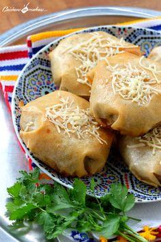 Pastilla aux fruits de mer Salmon Recipes, Seafood Recipes, Empanadas, Plats Ramadan, Morrocan Food, Moroccan Dishes, Moroccan Recipes, Turnover Recipes, Pastries
