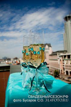Свадебные бокалы в бирюзовом цвете.