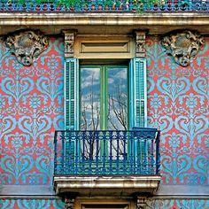 esgrafiado en fachada modernista del edificio ubicado en la calle aribau n de barcelona