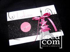 Faire part / invitation anniversaire. Thème : Paris chic. Papier noir pailleté, corsage ruban de satin fuchsia
