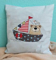 **♥ *Sailing BärBel* für den 13x18 Rahmen ♥**  **>> SOFORTDOWNLOAD <<**  _**Sailing BärBel als Doodle-Stickdatei. Perfekt um Stoffreste aufzubrauchen.**_   Es wir ein Rahmen ab 13x18...